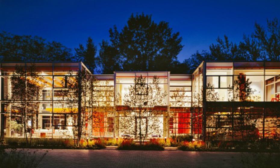Glass House de Thomas Roszak, Chicago, EUA – A casa do arquiteto distribui-se por princípios de transparência e refletividade ao longo da fachada aberta.