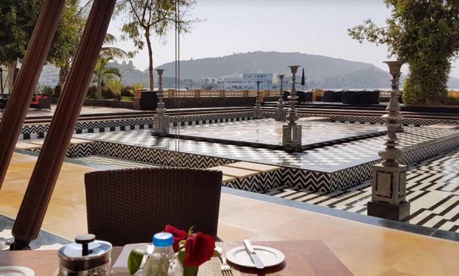 15. The Leela Palace Udaipur, Índia – As críticas positivas a este hotel são incansáveis e inúmeras. Há quem diga que é, inclusive, o melhor hotel da Ásia. A decoração e o ambiente do hotel são luxuosos e modernos, mas a cultura não ficou à porta. Corre todos os cantos do hotel.