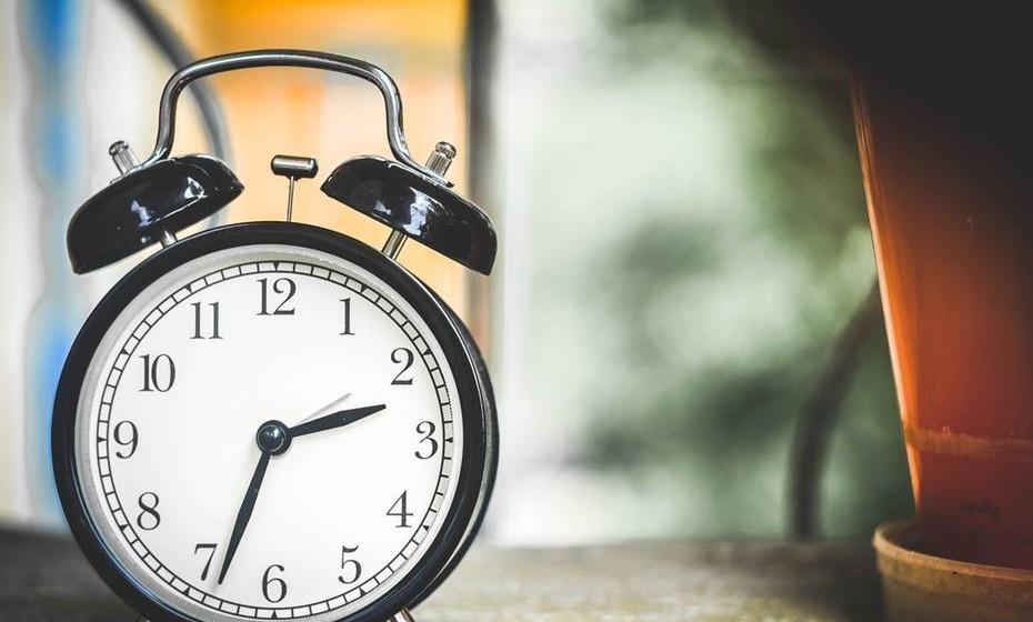 """2.Qual é o seu melhor horário? -Todos nós temos um período do dia em que somos mais produtivos e outro em que estamos mais lentos. Eu, por exemplo, durante as primeiras horas da manhã estou em """"modo avião"""", então opto por fazer coisas menos importantes e que requerem menos foco. Ao perceber o horário em que está mais ou menos disposta, fica mais fácil organizar as tarefas de acordo com o nível de complexidade."""