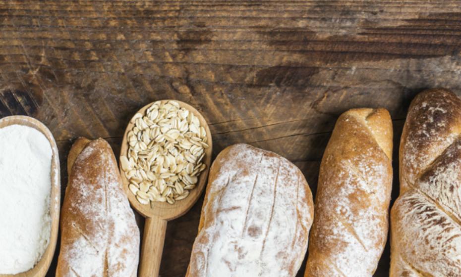 Alimentos integrais como pão de trigo integral, aveia ou arroz integral são uma boa fonte de fibra, pormenor que ajuda a digestão a funcionar melhor.
