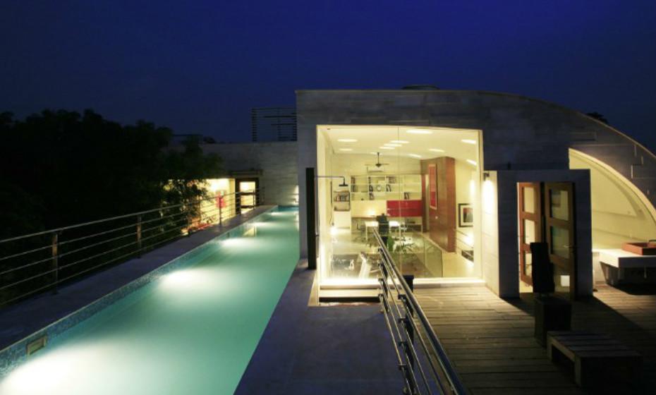 Architects' House + Studio de Manit Rastogi e Sonali Rastogi, India – Esta casa ecológica é constituída por vários recursos renováveis, incluindo madeira, papel de arroz e vidro. A casa utiliza a água para maximizar a reflexão e dispersão da luz natural.