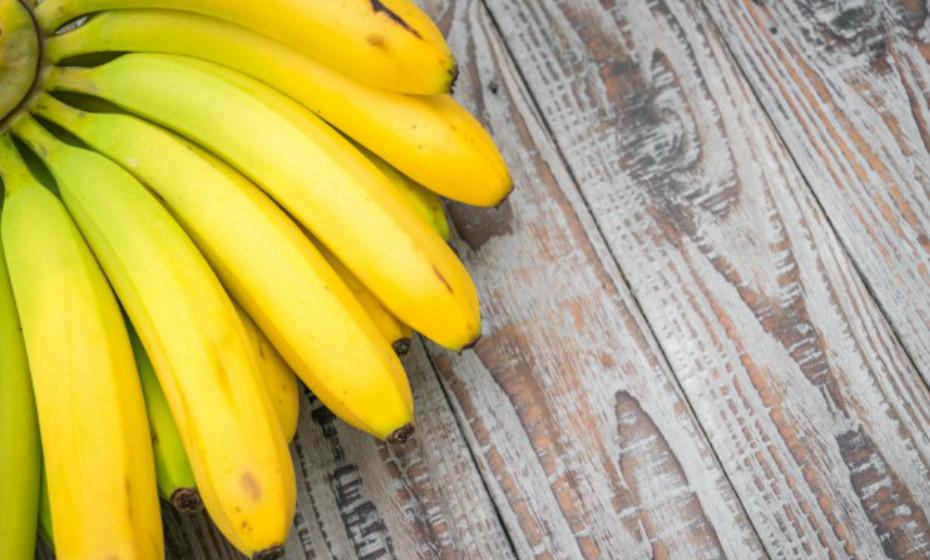 As bananas ajudam a restaurar a função intestinal normal, especialmente se estiver com diarreia. Ajuda a restaurar os eletrólitos e o potássio que pode ter perdido durante este sintoma. Além disso, a banana também tem muita fibra na sua composição.