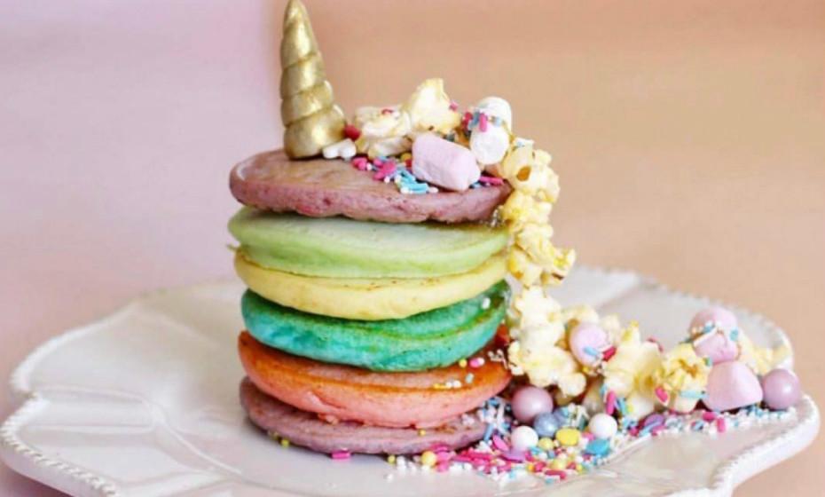 A magia começa ao pequeno-almoço com panquecas coloridas.