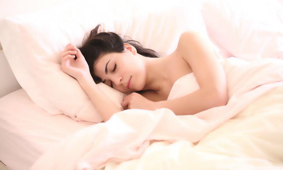 Não dormir o suficiente é uma das causas mais óbvias da fadiga. O corpo e o cérebro precisam de várias horas de sono ininterrupto (pelo menos 7 horas) para recarregar baterias, permitindo, assim, que se sinta com energia o dia todo.  Questione-se, em primeiro lugar, se anda a dormir as horas suficientes. Não existem super homens ou super mulheres.