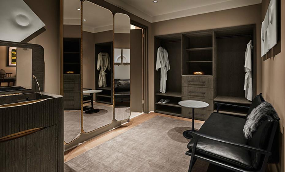 As suites têm à disposição um closet de um tamanho considerável e decorado com elegância.