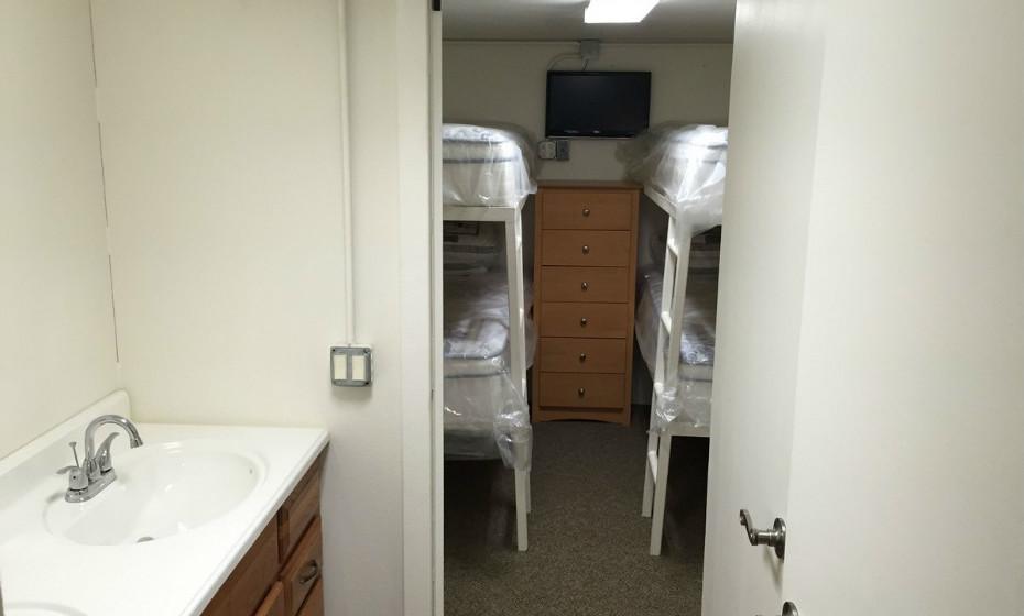 Um quarto com capacidade para quatro ou mais pessoas.