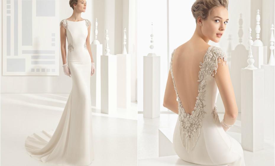 Neste vestido a cerimónia acontece nas costas. Os detalhes das franjas delicadas e as aplicações de brilhantes dão vida ao vestido. Na imagem: Rosa Clará.