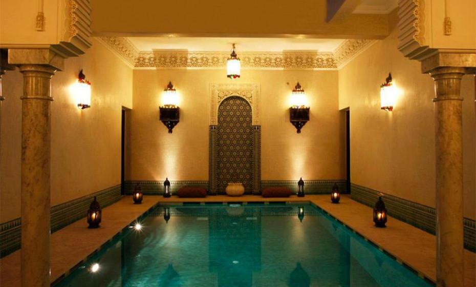 4. Riad Kniza, Marrocos – Este hotel destaca-se pela gentileza de todo o staff. Localizado na Medina, o Riad tem quartos incríveis, cada um com tamanhos diferentes, com um ambiente super acolhedor. Não perca o nascer do sol no rooftop do hotel, aconselham os viajantes.