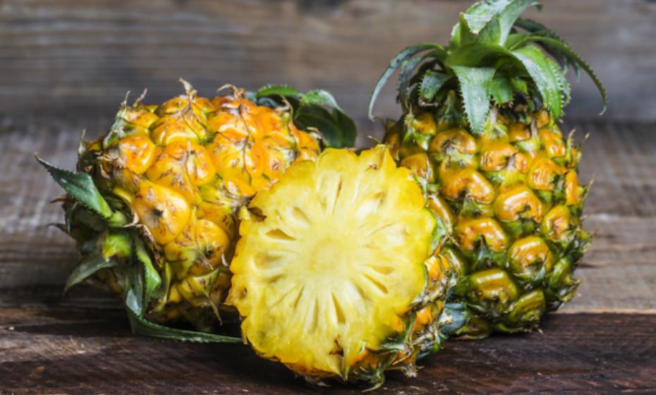 O abacaxi possui enzimas que auxiliam a digestão principalmente de proteínas.