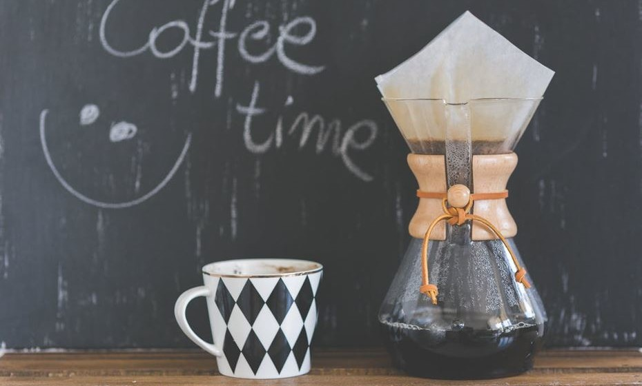 5.Pausa para café - É importante planear pausas de dez minutos, a cada quarenta minutos. Levante-se, alongue, tome um café, olhe pela janela. Estas pausas fazem com que o seu cérebro relaxe por alguns instantes e contribui para que a sua produtividade seja maior ao fim do dia.