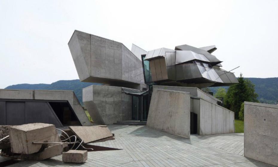 Hemeroscopium House de António García-Abril, Madrid, Espanha – Esta casa parece desafiar a gravidade. Apesar de ter demorado um ano a ser projetada, demorou apenas sete dias a ser feita.