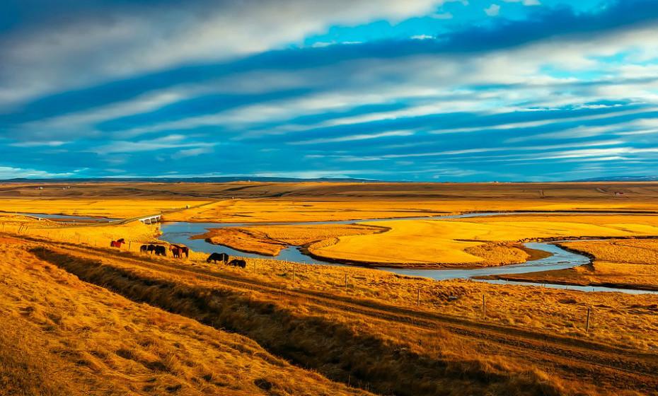 Aluguem um jipe e explorem a Islândia. Férias em casal não implica necessariamente ir para um destino quente e de praia.