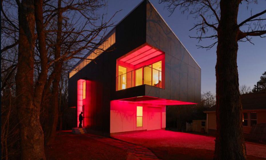 Mood Ring House de Marc Manak, Arkansas, EUA – A casa, rodeada por natureza, projeta luz LED colorida que o arquiteto e a família escolherem à noite.