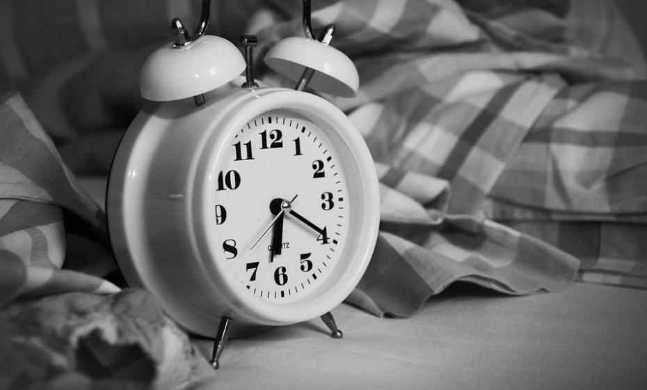Além de dormir pouco, dormir no momento errado também pode reduzir a sua energia. Dormir durante o dia, em vez de dormir durante a noite, perturba o ritmo circadiano do seu corpo, que são as mudanças biológicas que ocorrem em resposta à luz e à escuridão durante um ciclo de 24 horas.