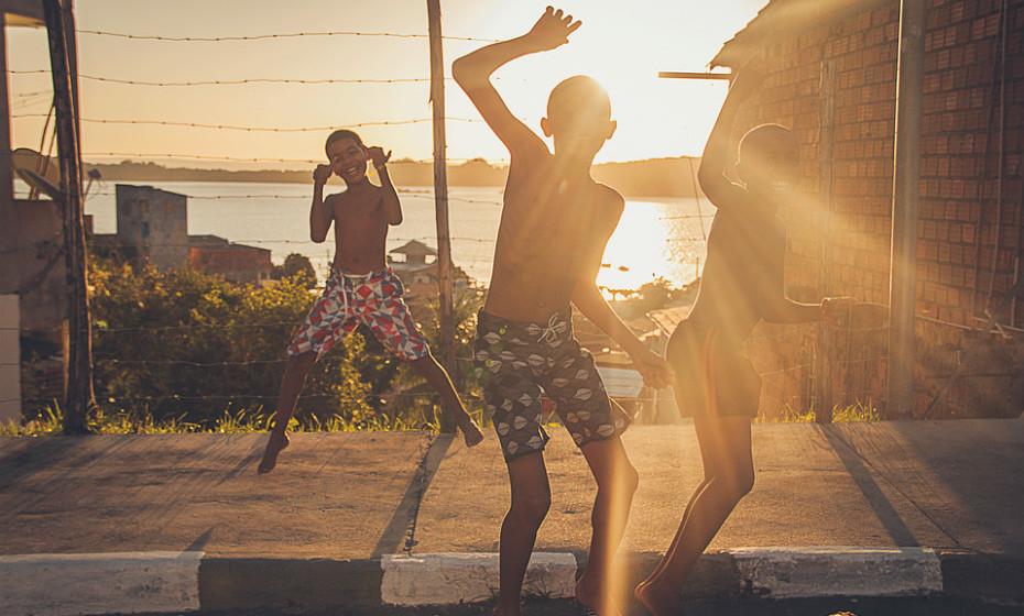Quanto às crianças e adolescentes de 5 a 17 anos, estes devem fazer pelo menos 60 minutos de atividade física de intensidade moderada a vigorosa diariamente.