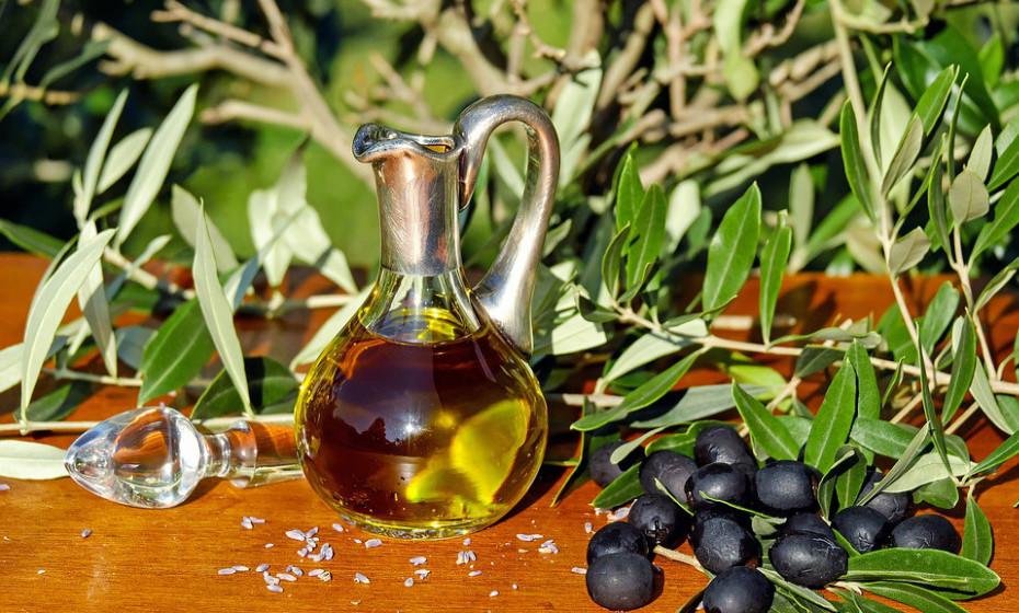 O azeite pode inibir a formação excessiva de ácido gástrico, portanto melhora a digestão e previne a azia. Pode ser consumido nas saladas ou como tempero em qualquer outra refeição.