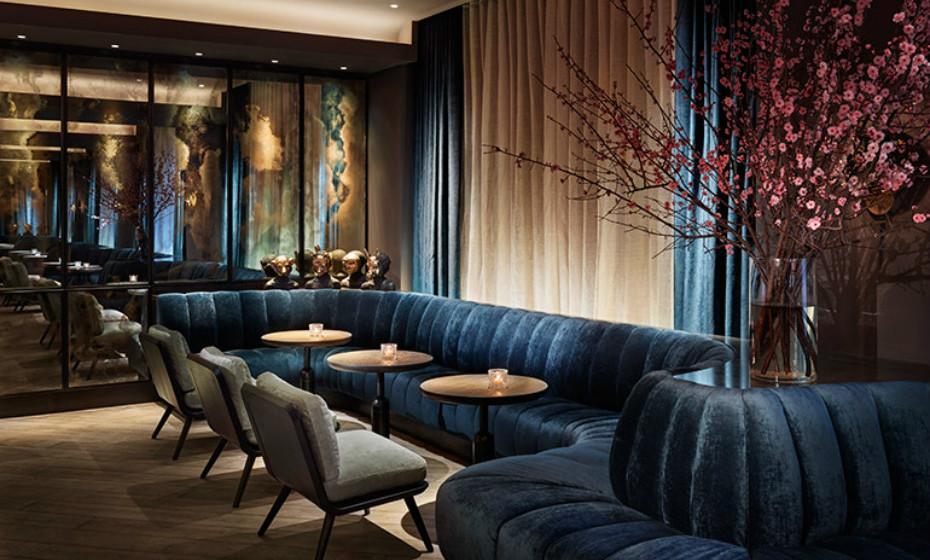 Saboreie um cocktail confortavelmente no bar de luxo do hotel enquanto desfruta de uma boa conversa.