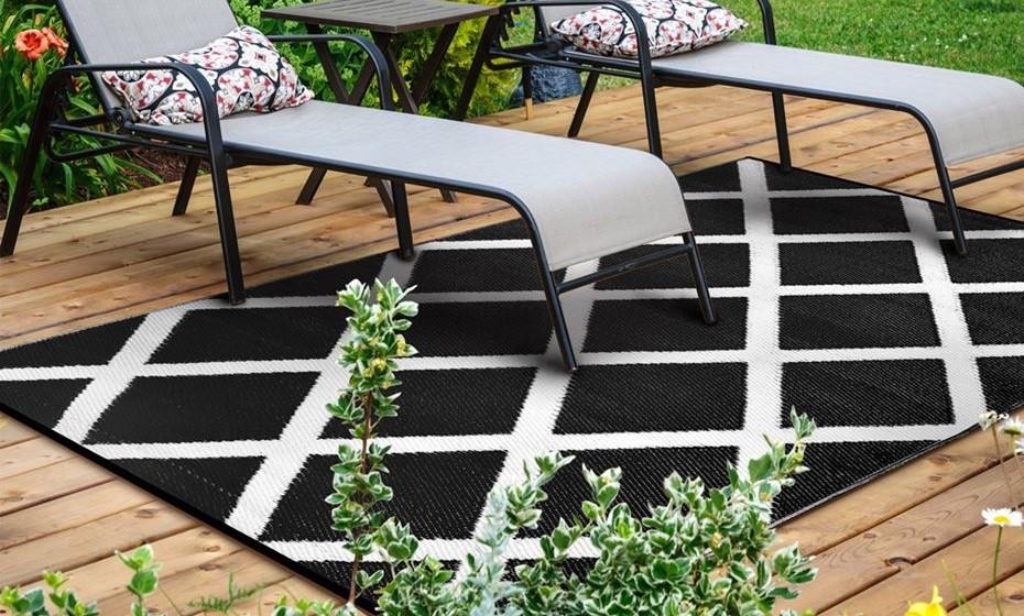 Elegante em preto e com padrões geométricos.