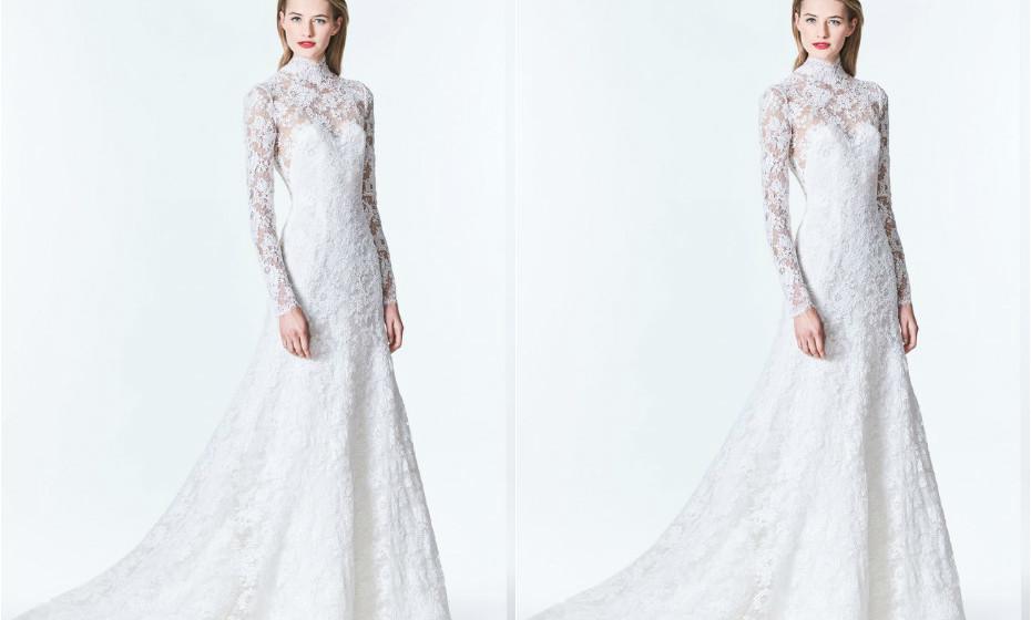 Vestido de noiva totalmente rendado, magas compridas e gola alta de Carolina Herrera.