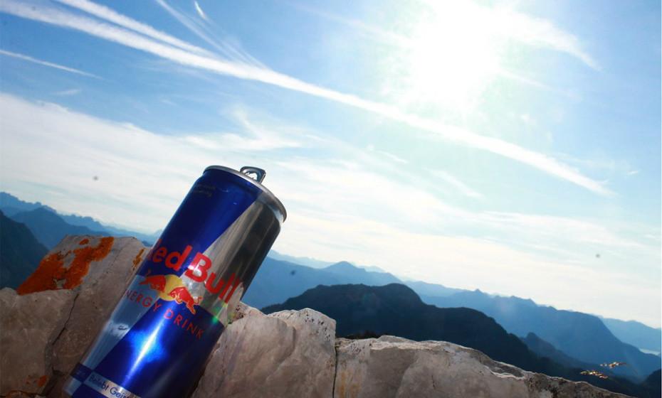 As bebidas energéticas podem proporcionar um impulso temporário de energia devido ao alto teor de cafeína e açúcar. No entanto, essas bebidas energéticas também são suscetíveis de causar fadiga quando os efeitos da cafeína e do açúcar passam.