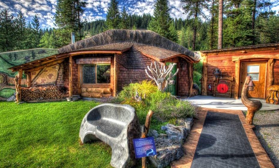 Chama-se 'Shire of Montana' e é conhecida como a casa de hobbit mais famosa do mundo, onde não faltam alusões ao mundo destes pequenos seres um pouco por toda a propriedade. Localizada em Trout Creek, Montana, nos Estados Unidos, está agora à venda por 562 mil euros. Veja as imagens.