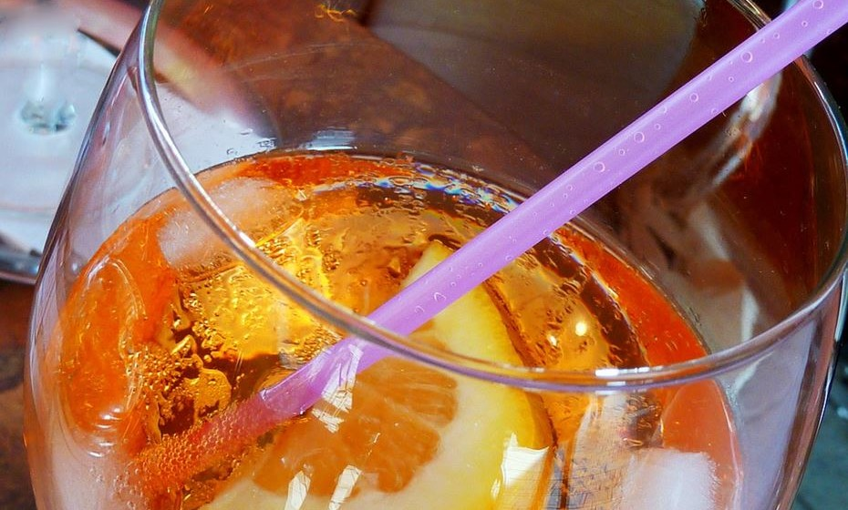 Corte nos refrigerantes e beba água ou chá.