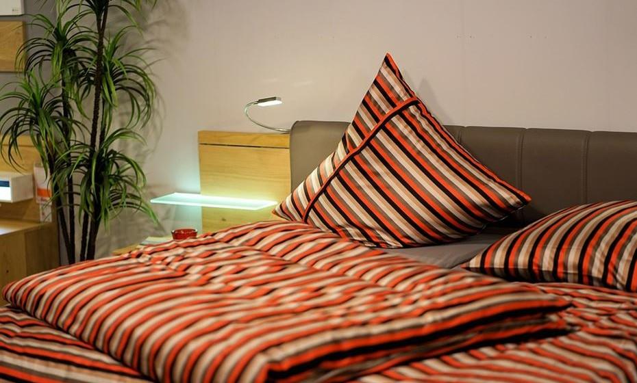 No quarto, use capas de microfibra para cobrir o colchão, as almofadas e até as caixas que estejam debaixo da cama com lençóis lavados, para impedir que qualquer tipo de bactéria penetre na sua roupa de dormir. Mude a roupa de cama pelo menos uma vez por semana, lavando a alta temperatura.