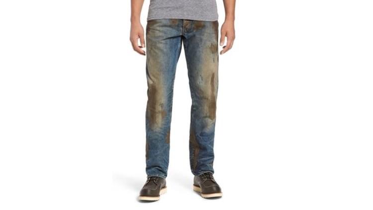 Jeans 'cheios de lama' à venda por mais de 400€ gozados nas redes sociais