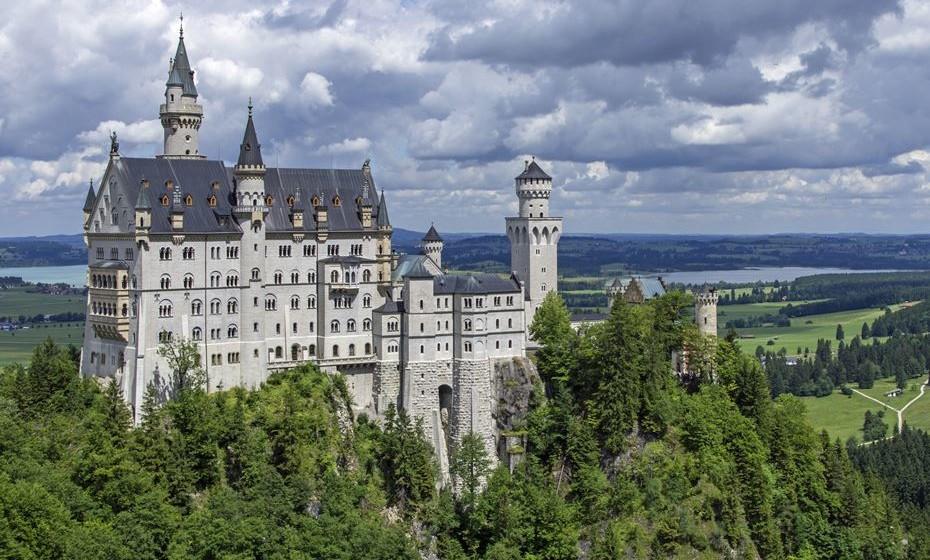 """Castelo de Neuschwanstein (Alemanha): O castelo foi construído por Luís II da Baviera no século XIX, no sudoeste da Baviera, apenas a alguma dezenas de quilómetros da fronteira com a Áustria. A arquitetura foi inspirado na obra do compositor Richard Wagner, amigo do rei e o nome Neuschwanstein é uma referência ao """"cavaleiro do Cisne"""", Lohengrin, da ópera com o mesmo nome. O castelo foi aberto ao público sete semanas depois da morte do rei e é um dos mais populares destinos turísticos europeus e um """"cartão postal"""" da Alemanha."""