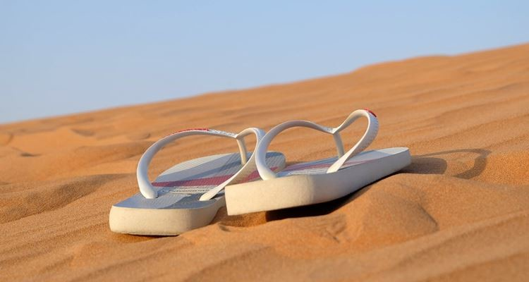 Milhares de chinelos de praia são largados todos os anos no mar poluindo os oceanos