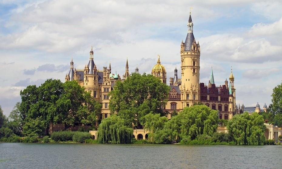 Castelo de Schwerin (Alemanha): Durante séculos foi a casa dos Duques e Grão-Duques de Mecklenburg e depois de Mecklenburg-Schwerin. Agora abriga a sede do Parlamento de Mecklemburgo-Pomerânia Ocidental. Na segunda guerra mundial serviu como maternidade. (Fonte: European Best Destinations)