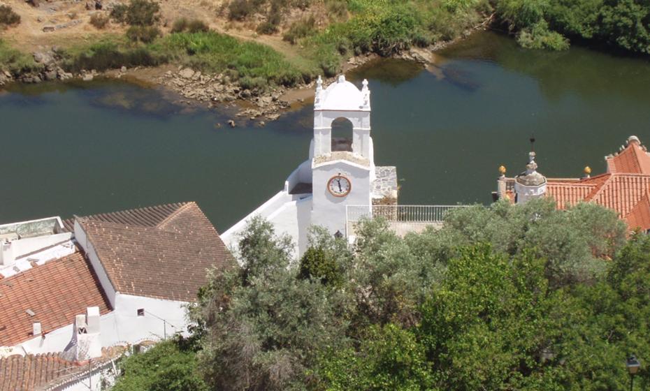 Torre do Relógio – Localizada sobre o rio Guadiana, foi provavelmente edificada em finais do século XVI, num dos torreões da muralha, uma vez que existe uma inscrição do ano 1593 no sino da torre. Em 1920 foi feita a escadaria em direção ao cais.