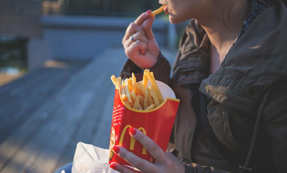 A obesidade é um enorme problema de saúde em todo o mundo. Curiosamente (ou não), o aumento da obesidade aconteceu na mesma época em que os alimentos altamente processados se tornaram amplamente disponíveis. Evite o consumo de alimentos processados, batatas-fritas e refrigerantes.