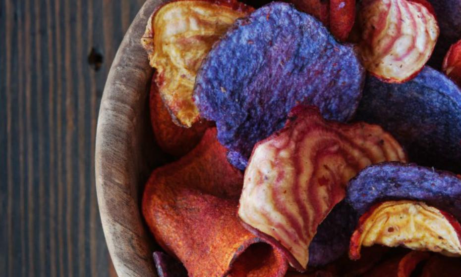 As batatas fritas de legumes podem fornecer boas quantidades de vitamina A e de fibra. Mas nem todas as marcas têm a mesma receita. Algumas adicionam mais açúcar, óleo e sal do que outras.