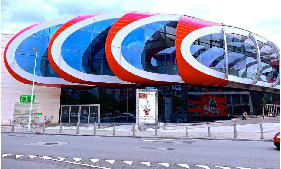 A Bélgica está repleta de centros comerciais incríveis! Mediacite, em Liege, também faz parte da lista. Este complexo inaugurado em Outubro de 2009 inclui cerca de 160.000 m2 de atividades económicas, culturais e de lazer. O shopping enverga um telhado monumental assinado por Ron Arad.