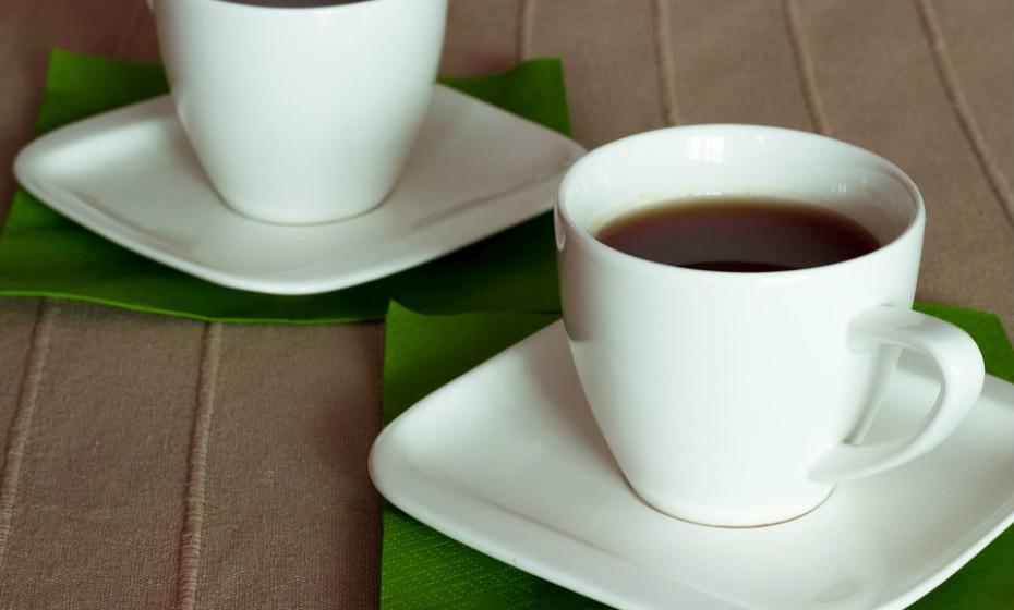 Semelhante ao café, o chá verde estimula a função cerebral. Aumenta a vigilância, melhora o desempenho, a memória e o foco.  Fonte: Authority Nutrition