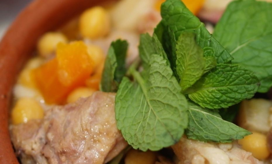 Gastronomia – O cozido de grão, na imagem, é um dos pratos típicos da região, bem como a acorda, as migas e as sopas de tomate. A fauna piscícola do rio é rica em iguarias que enchem as mesas de vários restaurantes locais, como a saboga, o muge, a lampreia e as enguias. Os pratos de caça, como a perdiz de escabeche, o coelho-bravo frito ou a lebre com feijão branco fazem também parte das sugestões, assim como vários enchidos e queijos da região. (Fotos: Câmara Municipal de Mértola)