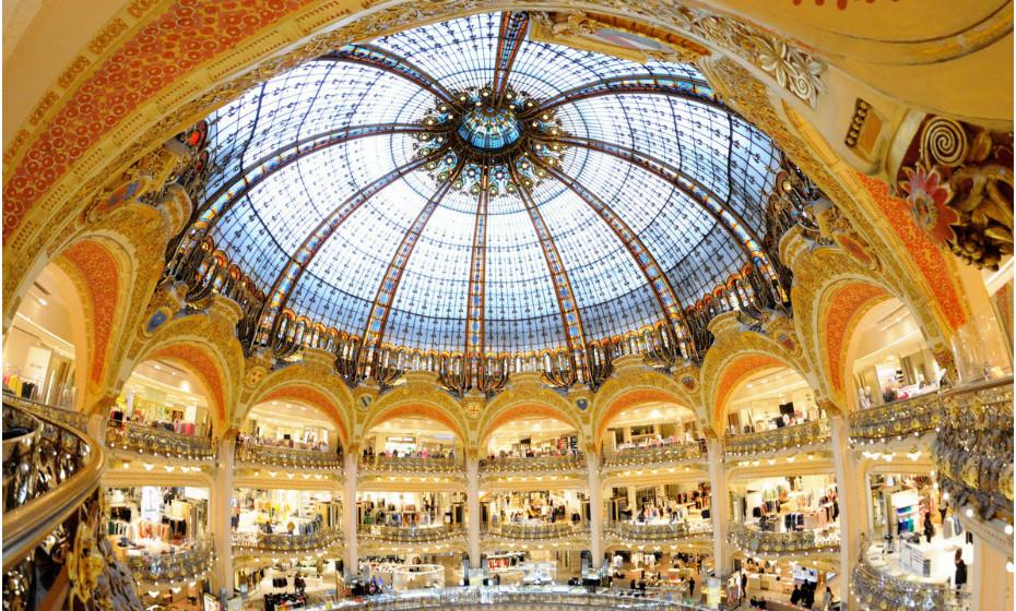 Se for a Paris, França, não deixe de visitar as Galeries Lafayette mesmo que não vá comprar nada. A sua beleza vale a viagem. Este departamento de luxo francês situa-se no Boulevard Haussmann. Em 2009, as Galeries Lafayette registaram ganhos superiores a mil milhões de euros.
