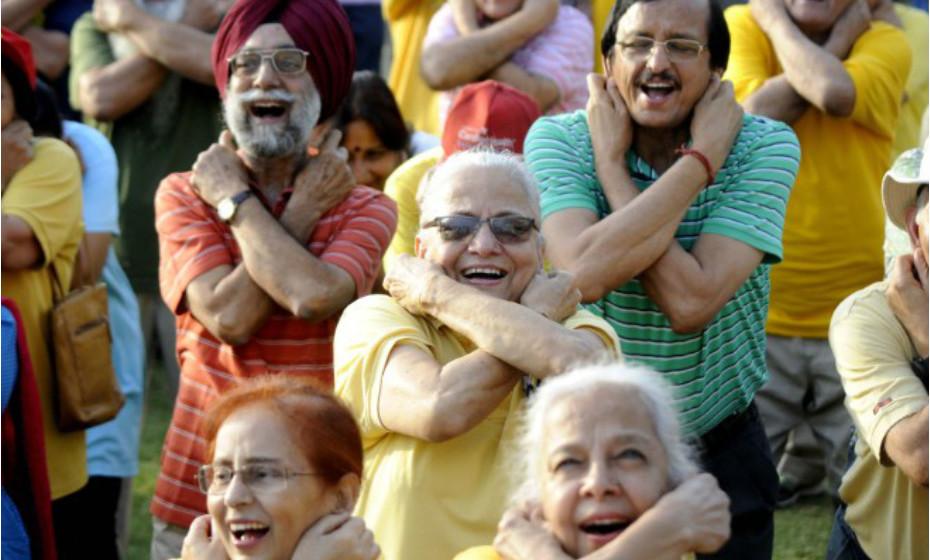 A CNN mostra reformados dos EUA a fazerem uma sessão de yoga do riso. Os especialistas dizem que uma boa gargalhada alivia o stress, controla o humor e confere benefícios para a saúde.