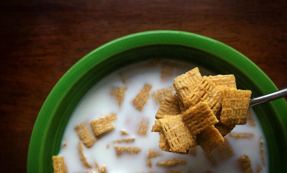 Cereais ricos em fibra acompanhados com leite vegetal (sem açúcar) ou magro e fruta, por exemplo, são uma boa escolha. Por outro lado, comer cereais pobres em fibra e com grandes doses de açúcar adicionadas podem causar picos de açúcar no sangue.