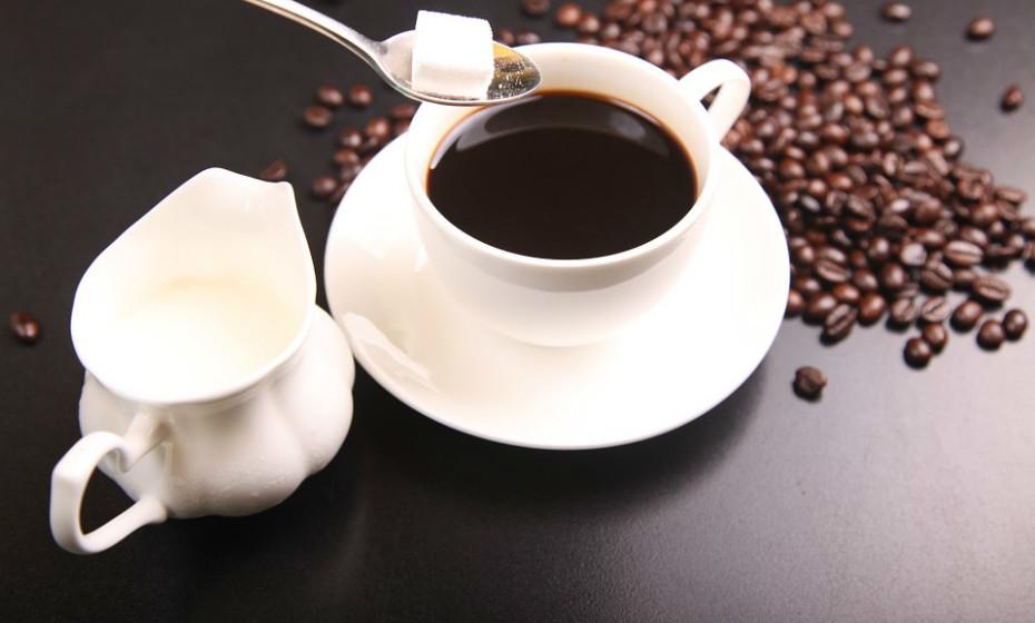 Boas notícias para si! O café ajuda a aumentar o estado de alerta e a melhorar o humor. Também oferece alguma proteção contra a doença de Alzheimer, graças à cafeína e aos seus antioxidantes.