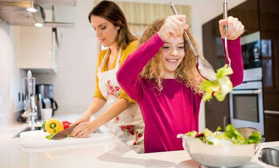 A colaboração das crianças nas tarefas domésticas é algo que deve fazer parte da rotina das famílias, sem as massacrar nem impor regras demasiado rígidas. O pediatra Hugo Rodrigues ajuda-nos com algumas sugestões consoante as idades.