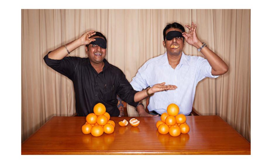 O recorde de descascar e comer uma laranja com os olhos vendados é de 17,15 segundos e foi alcançado por Dinesh Upadhyaya e Manish Upadhyayaem Goregaon, Mumbai, Índia, em 5 de março de 2014.