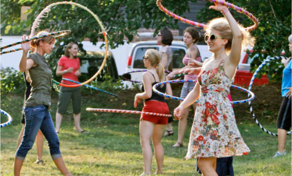 Stephanie Moser, segunda a contar da direita, balança o arco durante uma aula em Petersburgo, Rússia. Uma brincadeira que fez parte de cenários de infância de muitos de nós é agora considerado exercício físico.
