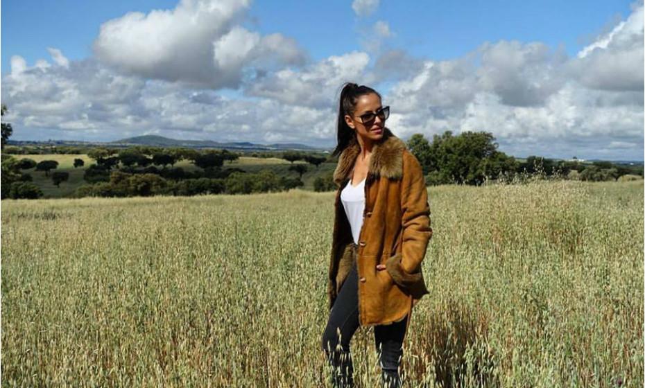 A atriz Mariana Monteiro está com dificuldades em largar os casacões de vez…