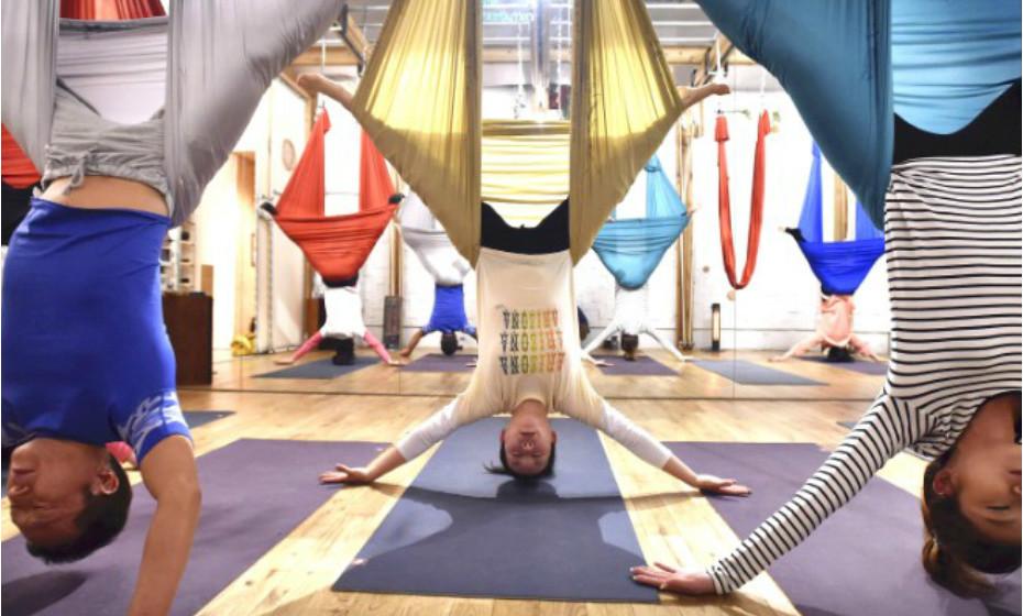 A yoga aérea começa a aparecer nos ginásios portugueses aos poucos e poucos, mas é uma tendência em Tóquio há muito tempo.
