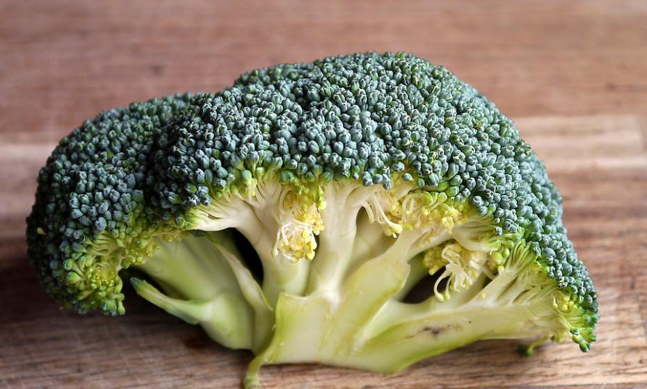 Os brócolos são ricos em antioxidantes, componentes anti-inflamatórios, vitamina K e as suas gorduras saudáveis são essenciais para o bom funcionamento do cérebro.