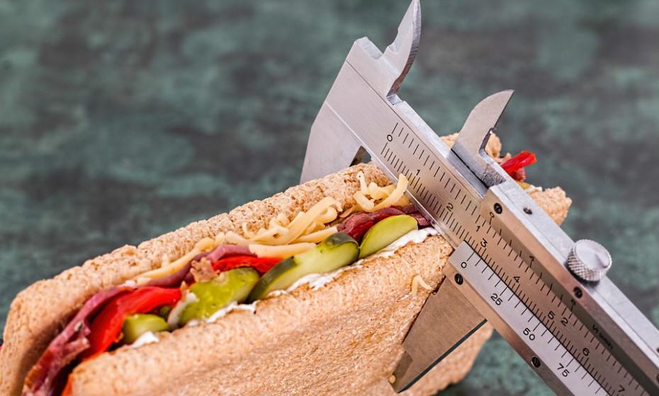 Comer muito ou muito pouco pode resultar em mudanças hormonais que levam a problemas de peso. Comer demasiado aumenta os níveis de insulina e reduz a sensibilidade à mesma. Por outro lado, o corte na ingestão de calorias pode aumentar os níveis de hormonas de stress, conhecidas por promoverem o aumento de peso.