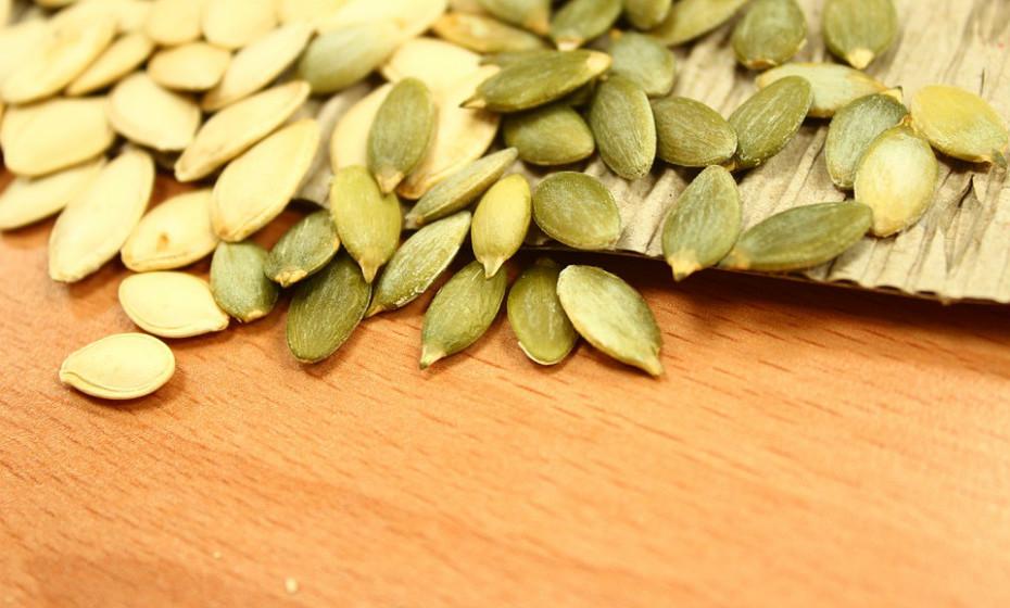 As sementes de abóbora contêm antioxidantes potentes que protegem o corpo e o cérebro dos danos dos radicais livres. Também são uma excelente fonte de magnésio, ferro, zinco e cobre.