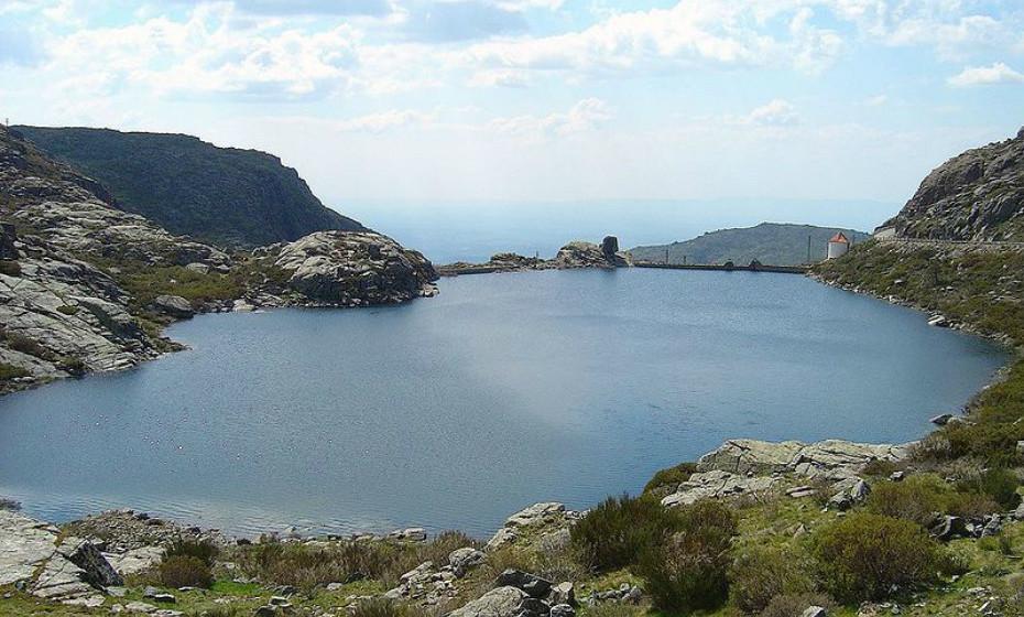 Parque Natural da Serra da Estrela: Localiza-se no centro interior de Portugal, essencialmente no distrito da Guarda e também no distrito de Castelo Branco. Caracteriza-se pela quantidade de granito, xisto, xistograuvaquicos e vestígios de antigos glaciares. É um dos locais do país com maior ocorrência de chuva, neve, granizo e orvalho.